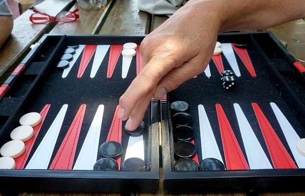 Kugi sucht Backgammon-Spiel